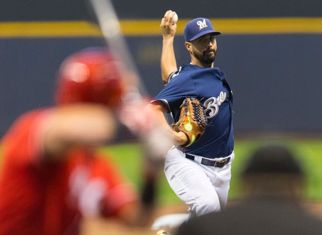 Gio Gonzalez will start Game 1 of the NLCS for the Brewers on Oct. 12.