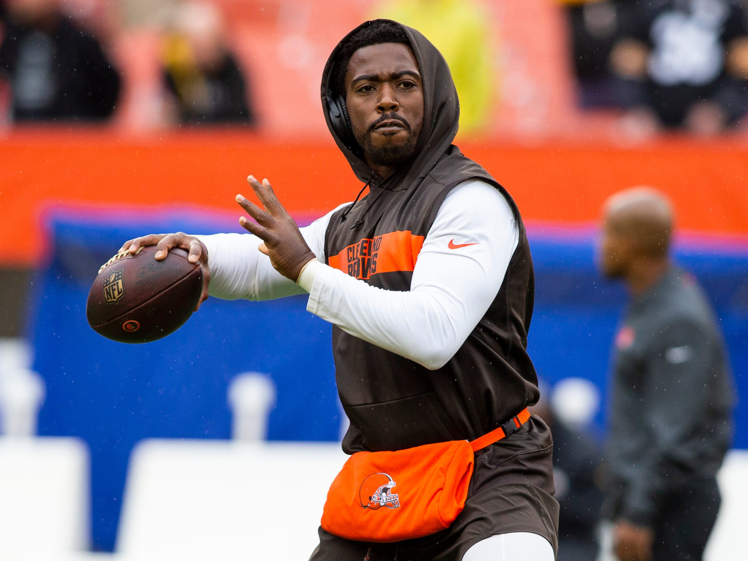 Cleveland Browns quarterback Tyrod Taylor (5) throws the ball during warmups before the game at FirstEnergy Stadium.