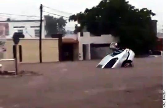 En redes sociales se volvieron virales las imágenes de calles convertidas en ríos y autos llevados por la corriente.