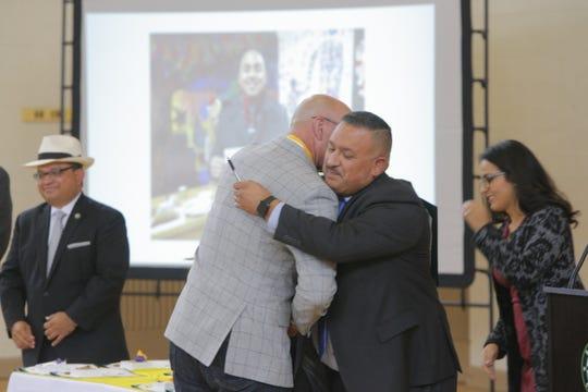 José Arreola, quien dirige CASP, abraza al antiguo jefe de policía de Salinas Kelly McMullin durante un evento en el que se celebraron 10 años de organización en contra de la violencia juvenil el miércoles.