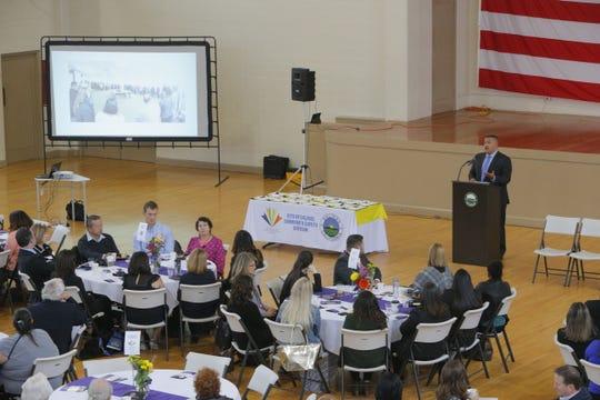 El público asistió a la ceremonia del 10.° aniversario de la Alianza Comunitaria para la Seguridad y la Paz.