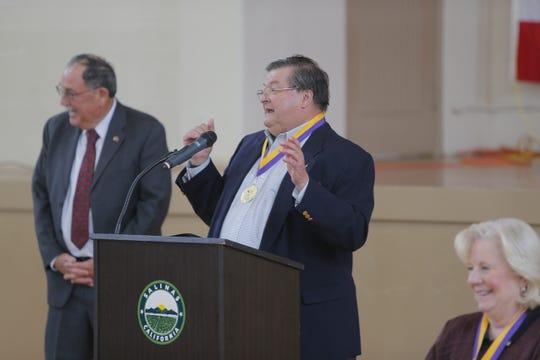 El fundador de CASP y antiguo juez Jonathan Price, habla durante el evento del 10.° aniversario de la organización.