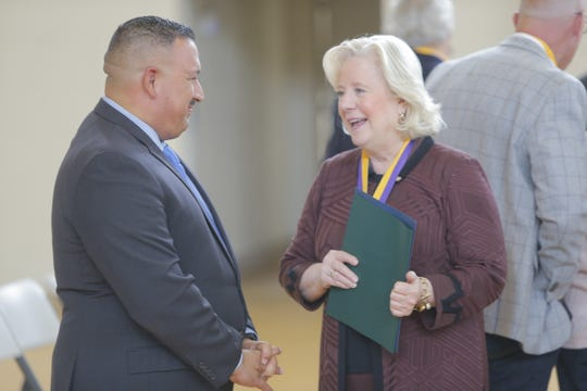 José Arreola, de CASP, habla con Nancy Kotowski, superintendente de escuelas del condado de Monterey, durante un evento en el que se celebró el 10.° aniversario de CASP.