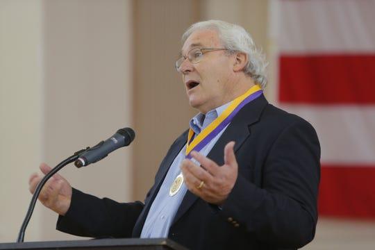 Dennis Donohue, antiguo alcalde de Salinas y fundador de CASP, habla durante la celebración del 10.º aniversario de esa organización.