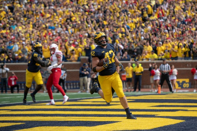 Michigan fullback Ben Mason runs the ball in for his first touchdown of the day in the first quarter.