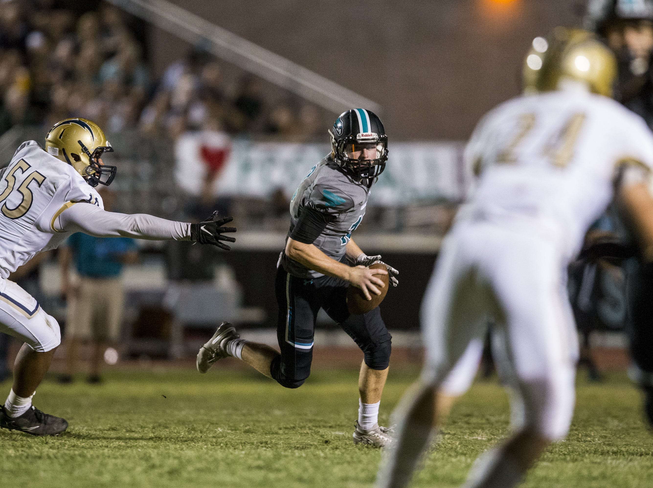 Highland's Kaleb Herbert scrambles against Desert Vista in the 2nd quarter on Friday, Sept. 21, 2018, at Highland High School in Gilbert, Ariz.   #azhsfb
