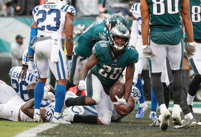 Philadelphia Eagles running back Wendell Smallwood (28) makes his way into the end zone against the Indianapolis Colts at Lincoln Financial Field in Philadelphia, on Sunday, Sept. 23, 2018.