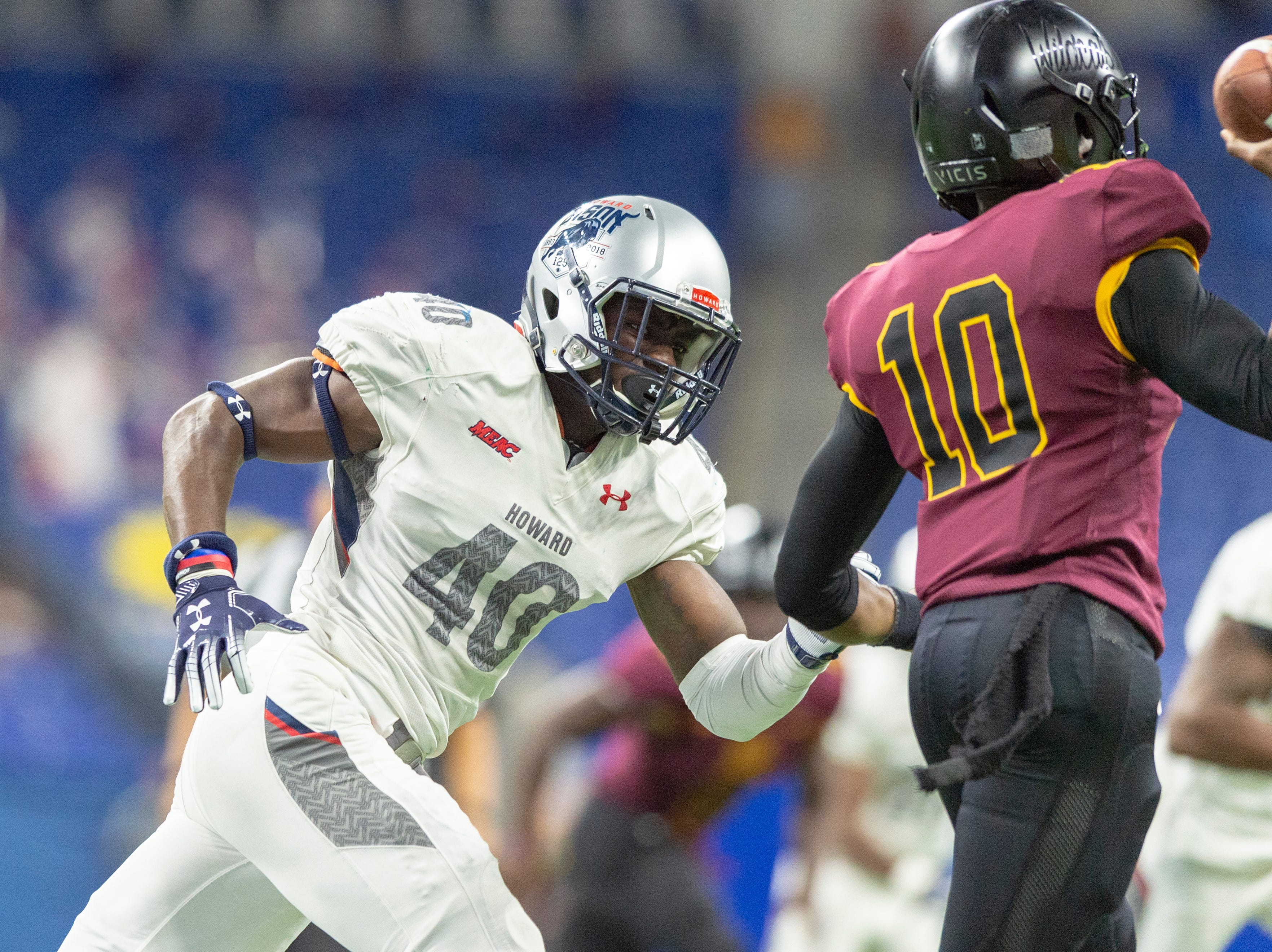 Howard Bison linebacker Zamon Robinson (40) closes in on Bethune Cookman Wildcats quarterback Akevious Williams (10) during the first half of action. Howard Bison took on Bethune Cookman Wildcats in the Circle City Classic game, Saturday, Sept. 22, 2018, at Lucas Oil Stadium.