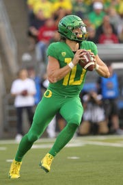 Oregon quarterback Justin Herbert (10) drops back to pass against Stanford at Autzen Stadium. Jaime Valdez-USA TODAY Sports
