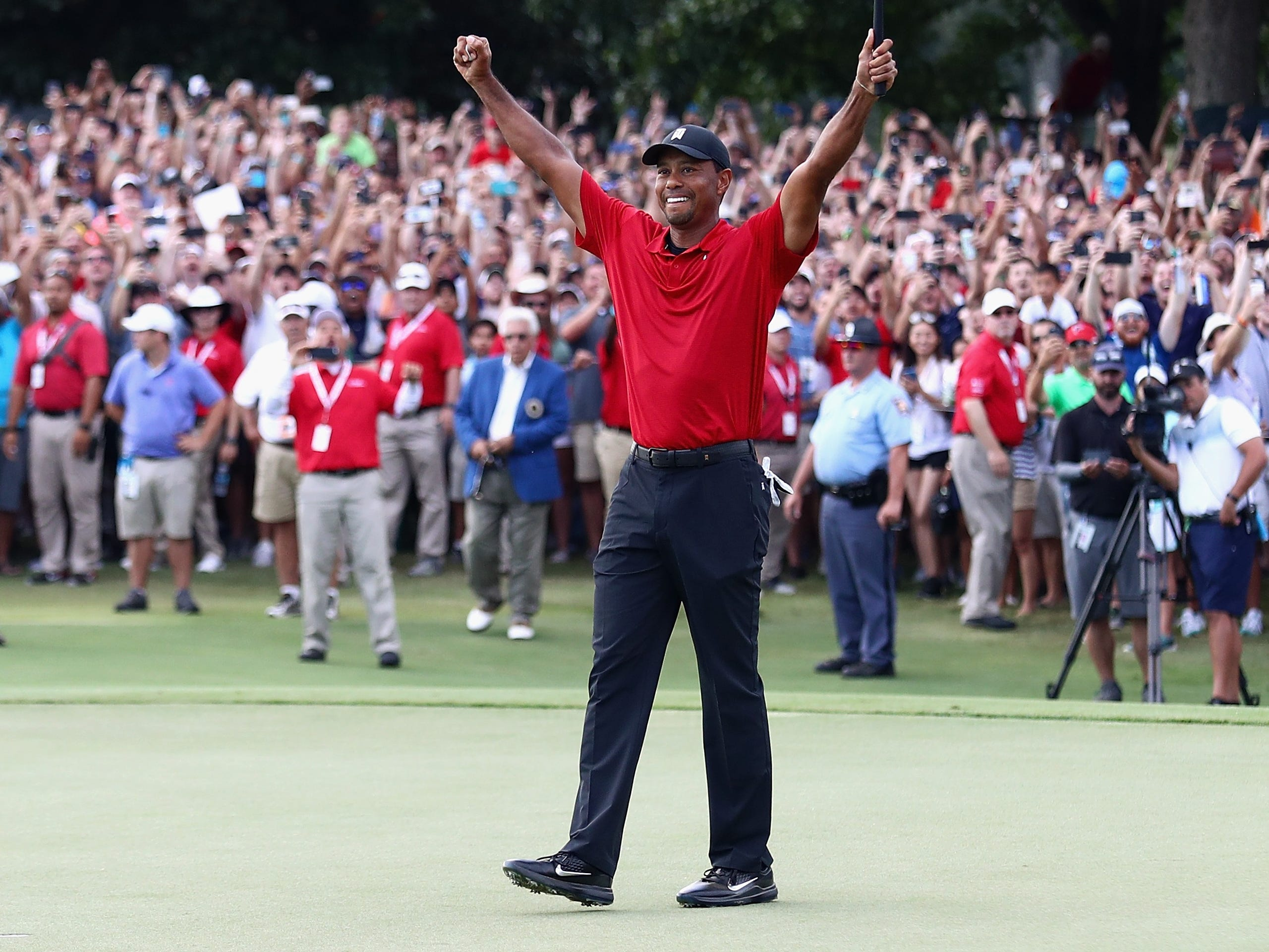 Tiger Woods celebrates his first title in 1.876 days.