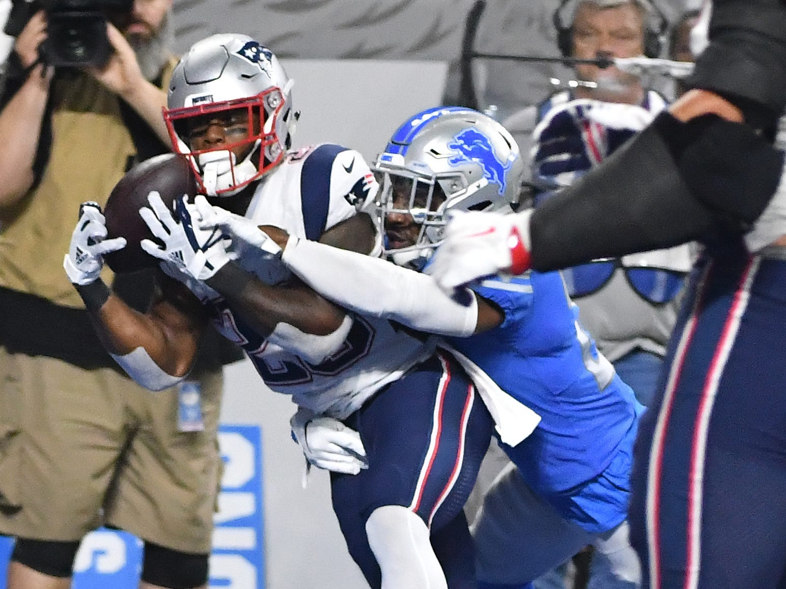 Patriots running back James White pulls in a touchdown reception past Lions' Quandre Diggs in the 3rd quarter.