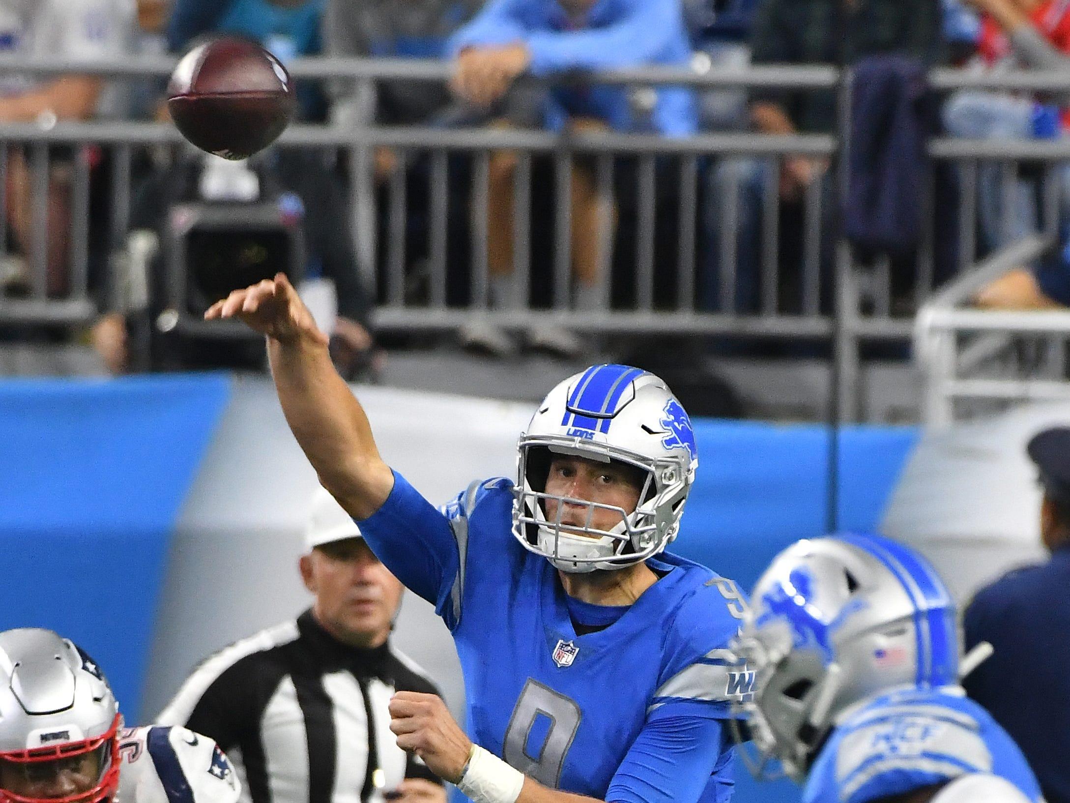 Lions quarterback Matthew Stafford throws in the 4th quarter.