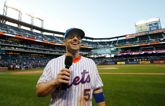 Mets David Wright (5) thanks fans after the Mets defeated the Washington Nationals 1-0 in their final regular season baseball game in New York, Sunday, Oct. 4, 2015.