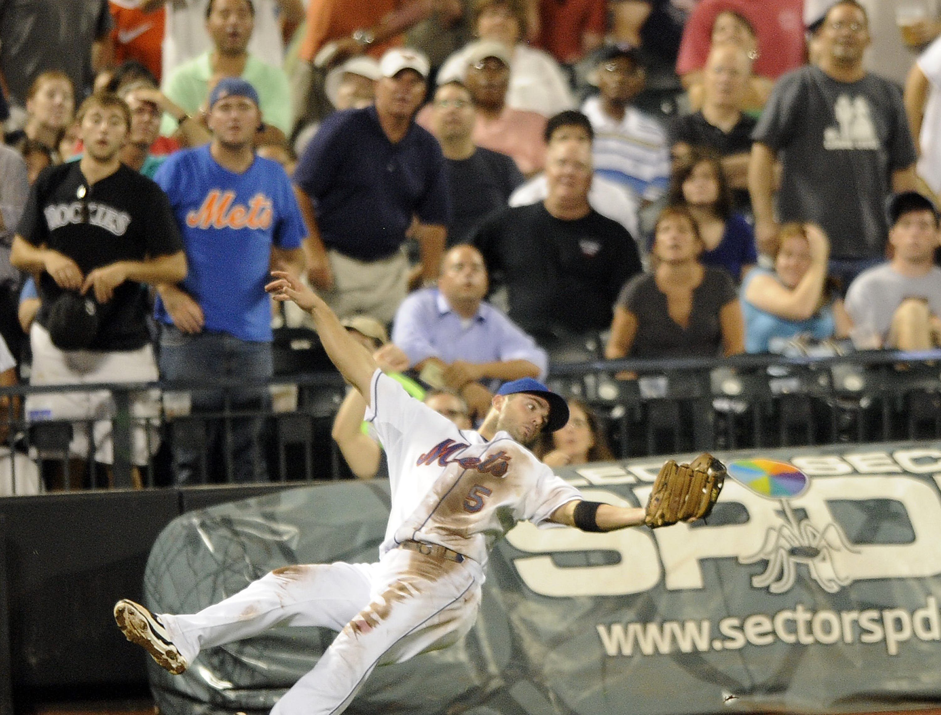 New York Mets vs Colorado Rockies. Mets 3rd baseman David Wright makes the catch on Rockies #9 Ian Stewart and falls down to crowd cheers.