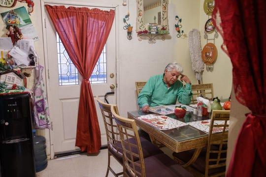 Antonio Ramírez lee el periódico en su casa en Calexico.