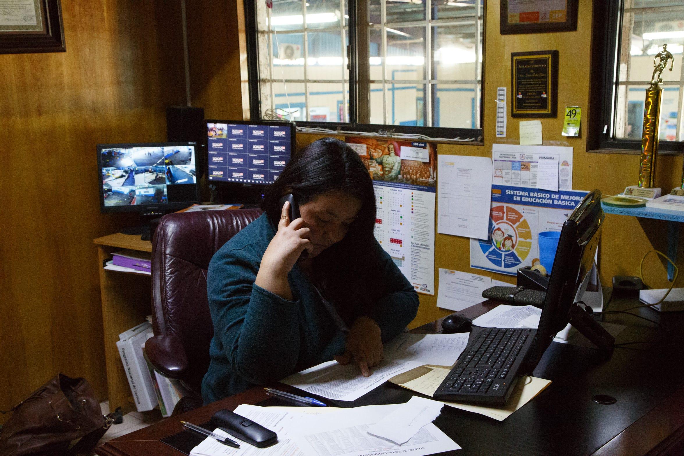Diana Gabriela Arangure trabaja en su oficina en el Colegio Integral Leonardo da Vinci en Mexicali.