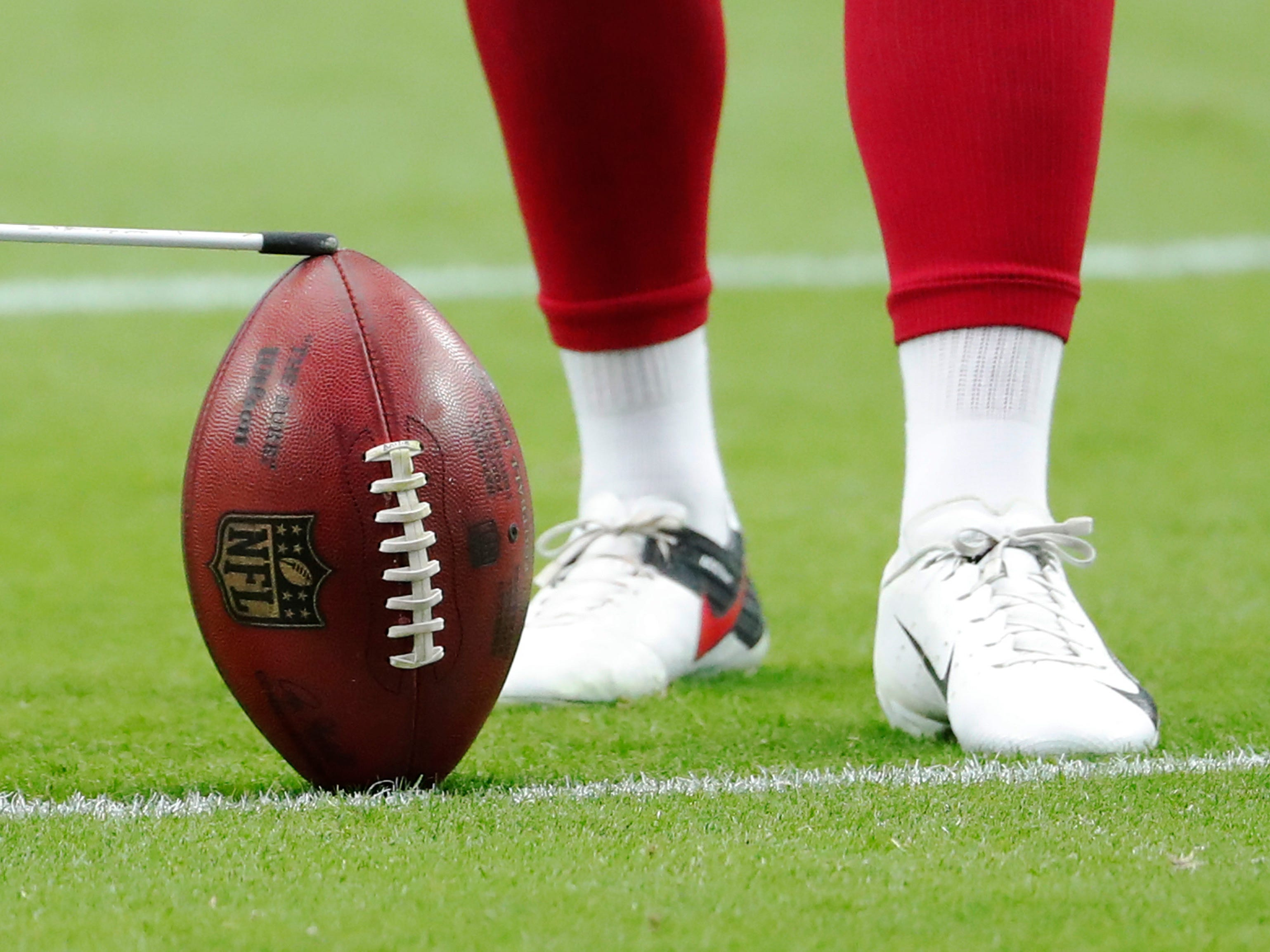 Arizona Cardinals kicker Phil Dawson (4) warms up before NFL action against the Chicago Bears at State Farm Stadium in Glendale, Ariz. September 23, 2018.