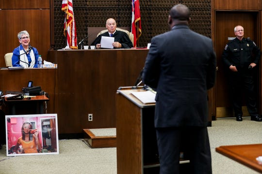 Dr. Carolyn Wiles Higdon, left, testifies during the first day of the retrial of Quinton Tellis in Batesville, Miss., Tuesday, Sept. 25 2018. Tellis is charged with burning 19-year-old Jessica Chambers to death almost three years ago on Dec. 6, 2014. Tellis has pleaded not guilty to the murder. (Brad Vest/The Commercial Appeal via AP, Pool)