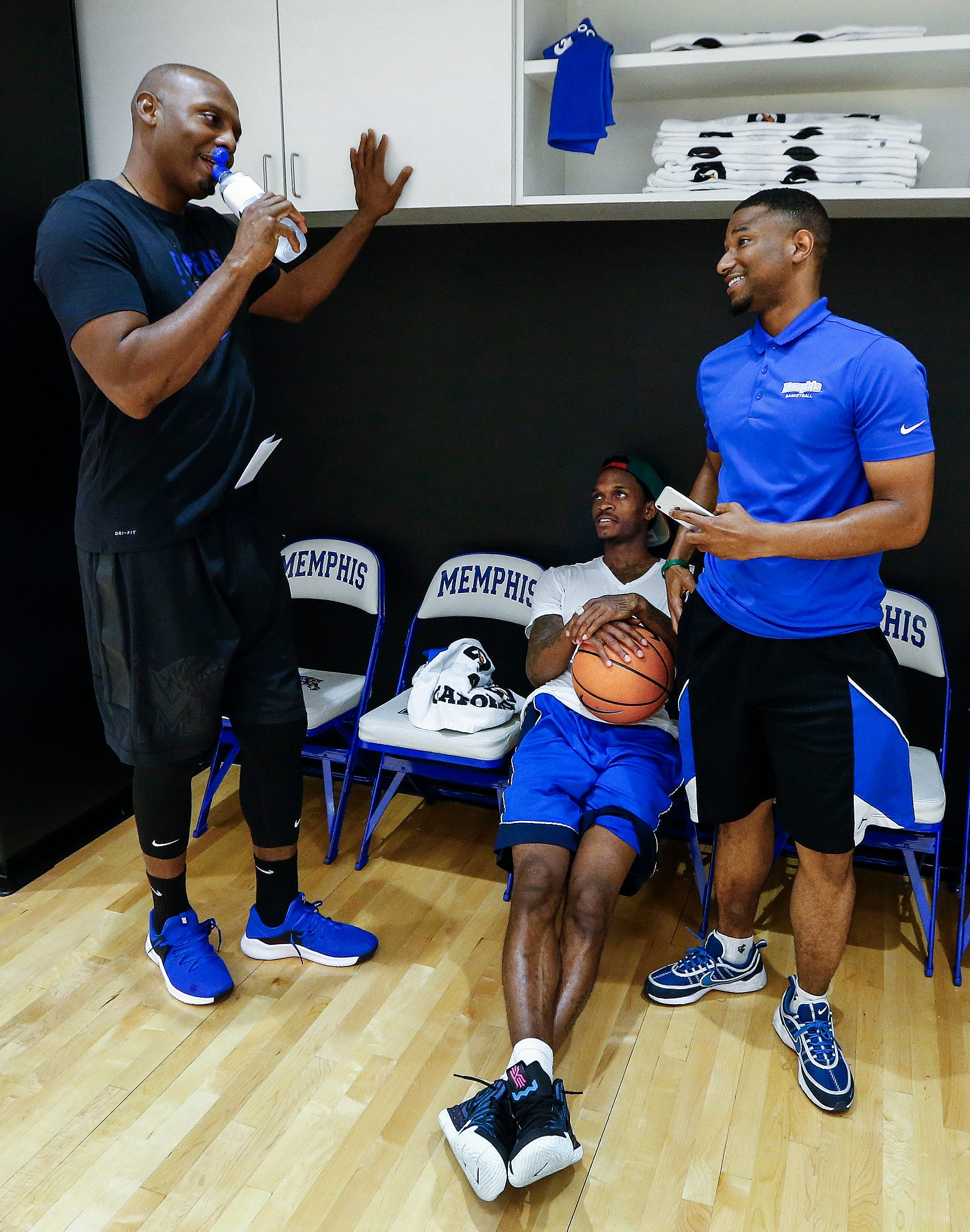 Memphis head basketball coach Penny Hardaway (left) chats with former Tiger players Joe Jackson (middle) and Trey Draper (second right) during an open practice Tuesday afternoon at the Laurie-Walton Family Basketball Center.