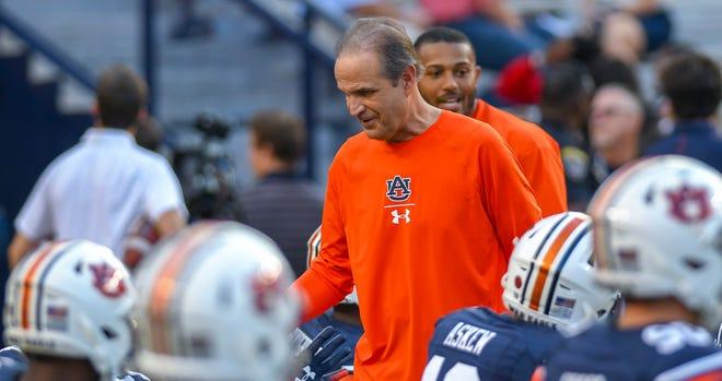 Auburn defensive coordinator Kevin Steele talks to players before the Arkansas game Saturday, Sept. 22, 2018, at Jordan-Hare Stadium in Auburn, Ala.