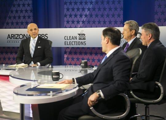 David García habla durante el debate televisivo que sostuvo con su rival republicano Doug Ducey, el 24 de septiembre de 2018.