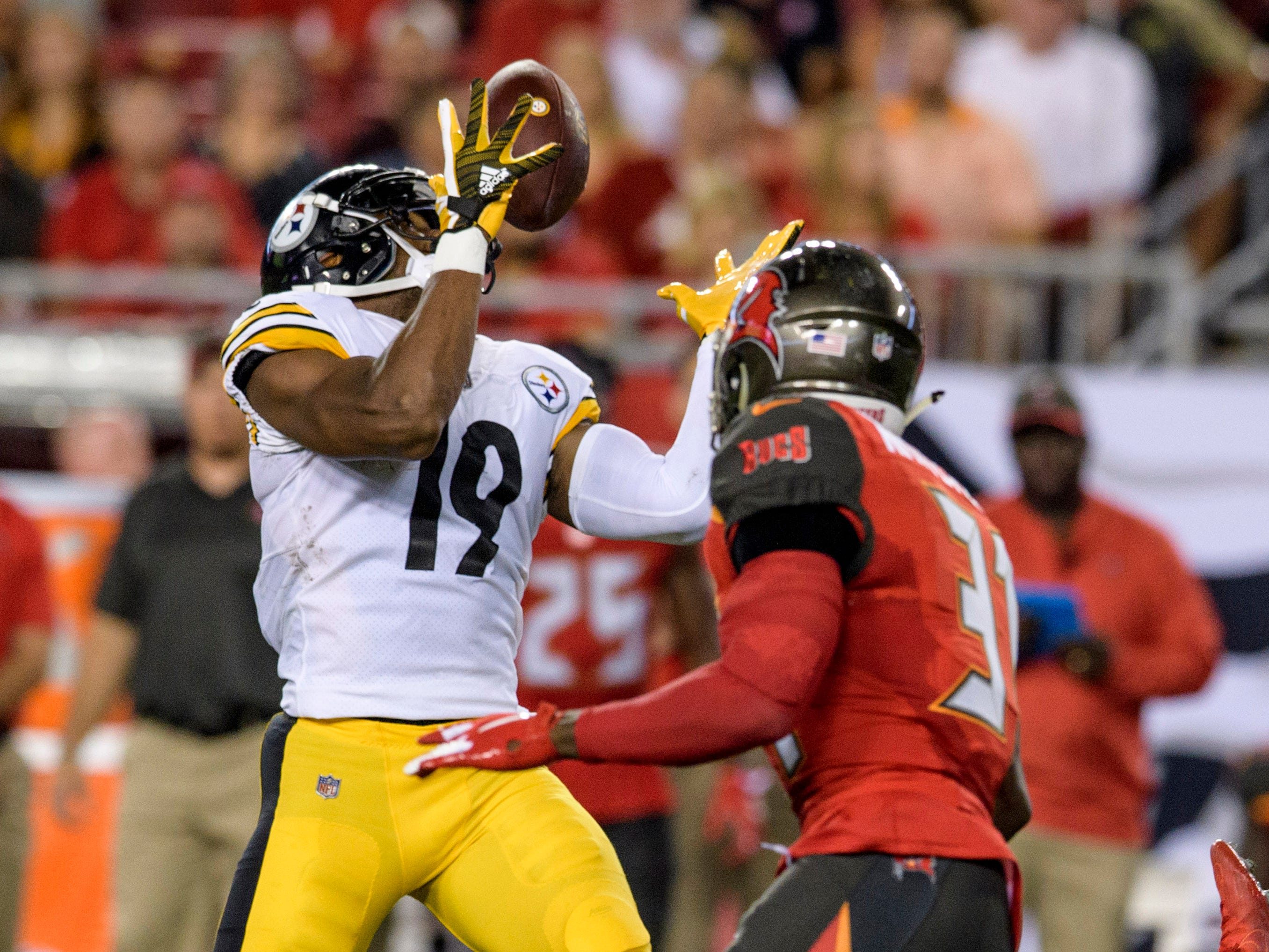 Pittsburgh Steelers wide receiver JuJu Smith-Schuster catches the ball in front of Tampa Bay Buccaneers safety Jordan Whitehead.