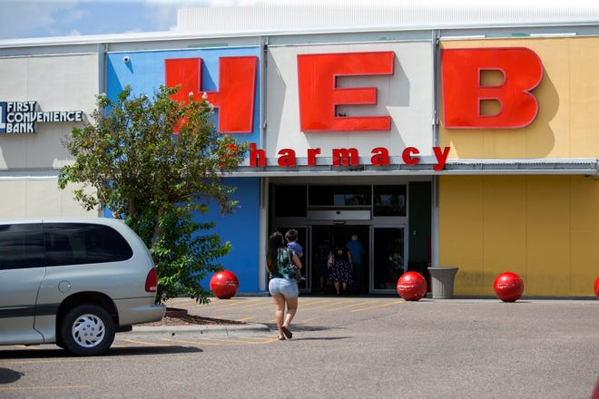 Customers enter the H-E-B at Tarlton Street and South Port Avenue on Wednesday, September 26, 2018. Cash registers at the store were down for about 30 minutes, but came back online at 12:50 p.m., according to the store manager.