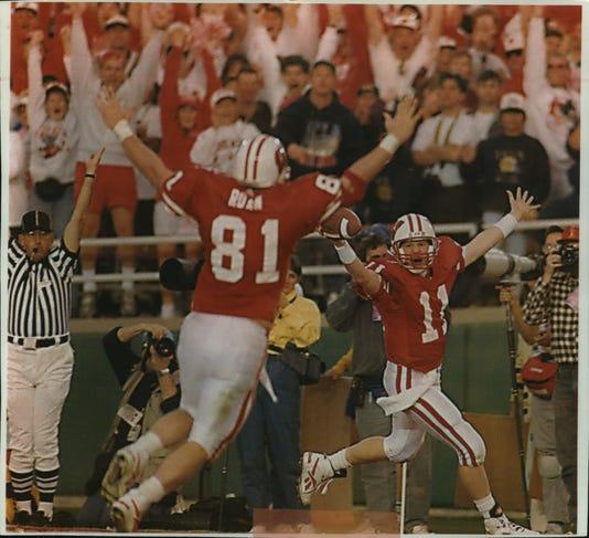 1994 Press Photo University Of Wisconsin S Quarterback Darrell Bevell Celebrates