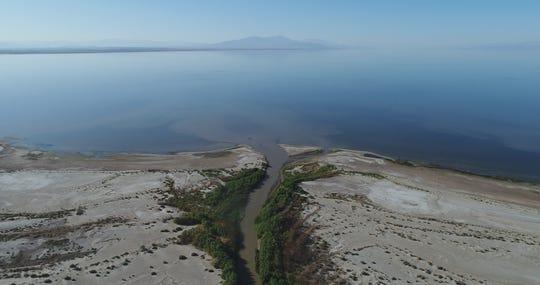 El New River fluye hasta desembocar en Salton Sea.
