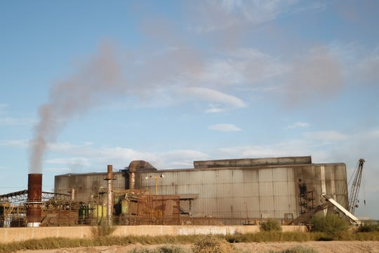 El humo flota en el aire en la fábrica de acero Grupo SIMEC, misma que está rodeada de varias casas y tierras de cultivo al sureste de Mexicali.