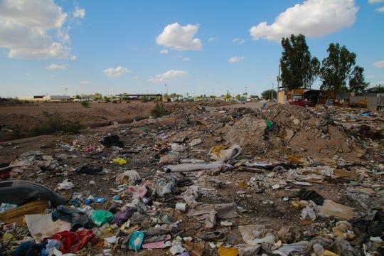 Cantidades de basura son arrojadas regularmente en zanjas en Mexicali.