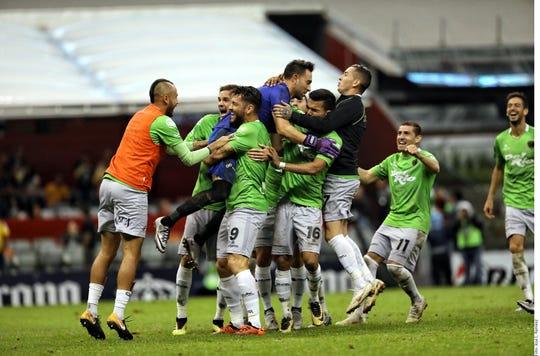 Bravos de FC Juárez celebran tras eliminar al América.