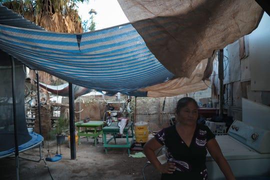 Domitila Razo en su patio, al lado de las chimeneas de la fábrica de envases de vidrio Fevisa en el Ejido el Choropo, al sur de Mexicali.