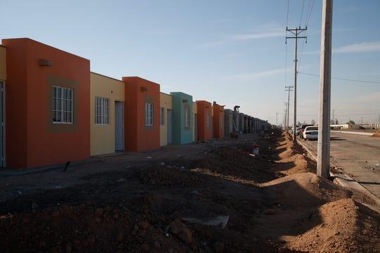 Nuevas casas se construyen en Mexicali, donde las maquiladoras continúan atrayendo a trabajadores de otras partes de México.