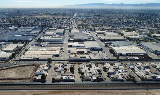 Algunos parques industriales están agrupados cerca de la valla fronteriza en Mexicali.