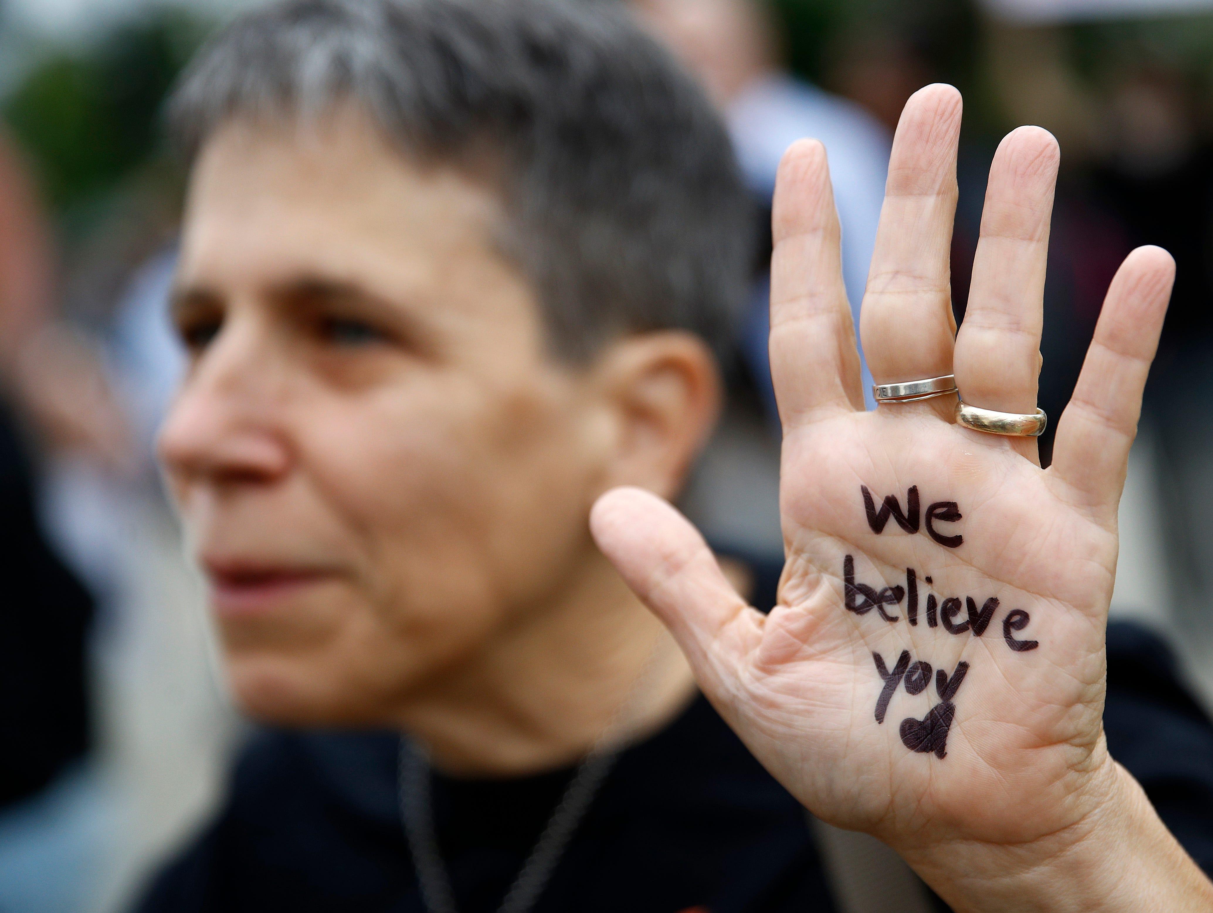 """Christine Blasey Ford habló el jueves 27 de septiembre, 2018 en una audiencia sobre sus denuncias de agresión sexual contra el postulado a la Corte Suprema Brett Kavanaugh. Con voz quebrada, se refirió a Kavanaugh como """"el chico que me agredió sexualmente"""".  Dijo que el ataque está grabado en su memoria y siempre la ha acosado."""