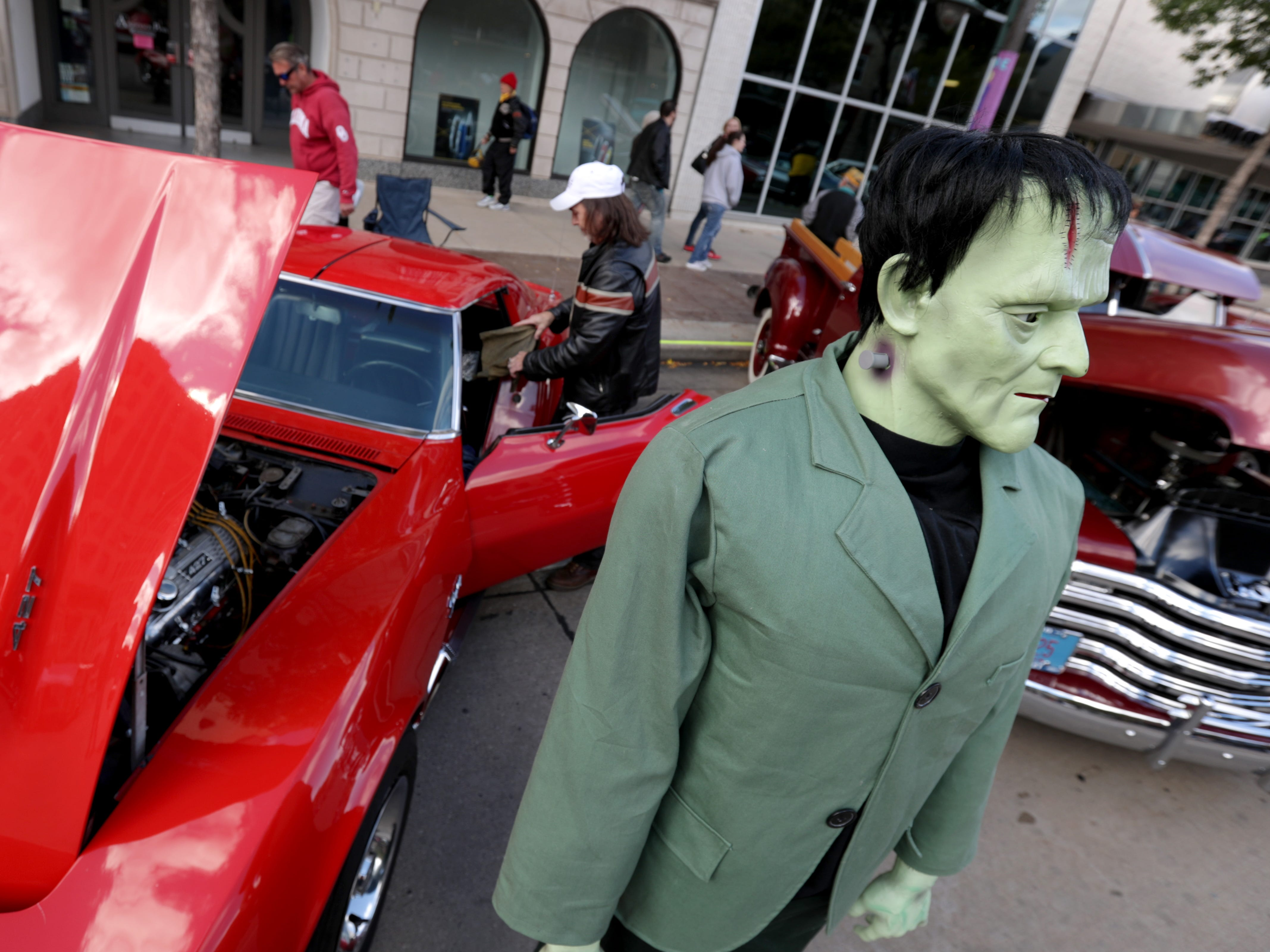 Eric Daniels sets up a a companion to his 1969 Corvette Stingray during the annual License to Cruise car show on Friday, September 28, 2018, on College Ave. in Appleton, Wis.
