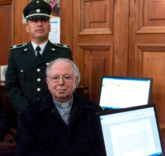 El sacerdote chileno Fernando Karadima testifica en una corte en Santiago, Chile.