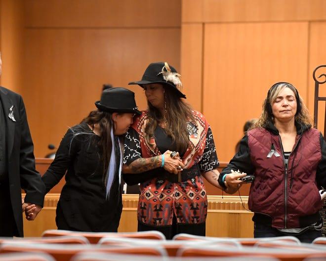 Meiha y Robin Vargas (izquierda y centro) lloran por Sal Vargas, hijo de Robin y tío de Meiha, quien fue asesinado cuando tenía 18 años de edad. Marie de Carmen Ruiz (derecha) lamenta la muerte de su hijo Ricardo Ruiz, quien fue asesinado cuando tenía 14 años de edad.