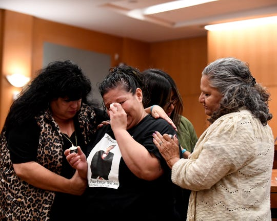 """Debbie Martin (izquierda) y Elsa Sandoval (derecha) reconfortan a Lenore Sosa y a su hija Cecily Rodríguez. Sosa perdió a su hijo de 14 años Enrique """"Kiki"""" Sosa en un tiroteo en la calle Russell en enero."""
