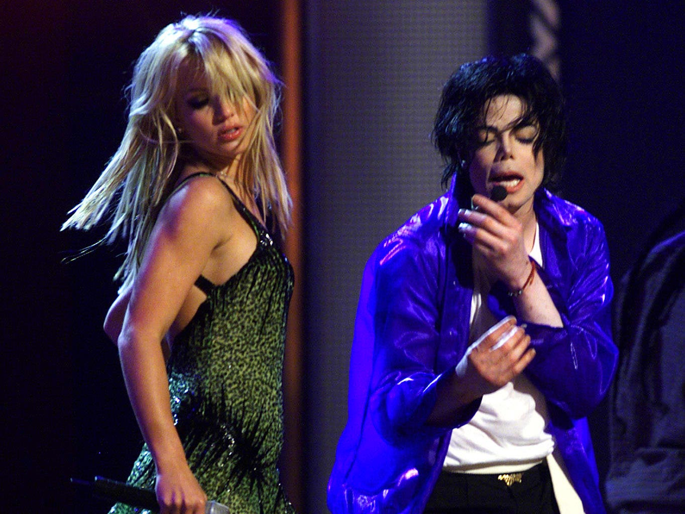 """Michael Jackson (R) performs with Britney Spears at Madison Square Garden in New York 07 September, 2001. It was the first of two performances in New York as part of his """"30th Anniversary Celebration, the Solo Years."""" AFP PHOTO ORG XMIT: JFK30"""