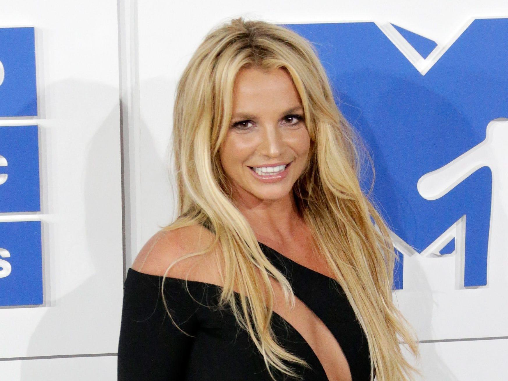 epa05513659 US singer Britney Spears arrives on the red carpet for the 33rd MTV Video Music Awards (VMA) at Madison Square Garden in New York, New York, USA, 28 August 2016.  EPA/JASON SZENES ORG XMIT: JLX74