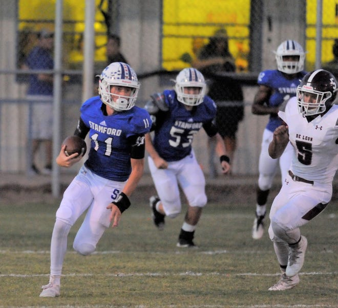 Stamford quarterback Peyton Bevel runs downfield against De Leon on Friday, Sept. 29, 2018 at Bill Anderson Stadium. The Bulldogs won 90-62.