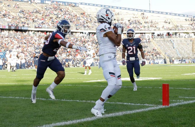 Cincinnati Bearcats wide receiver Rashad Medaris makes a catch for a touchdown against the Connecticut Huskies in the second quarter at Pratt & Whitney Stadium at Rentschler Field.