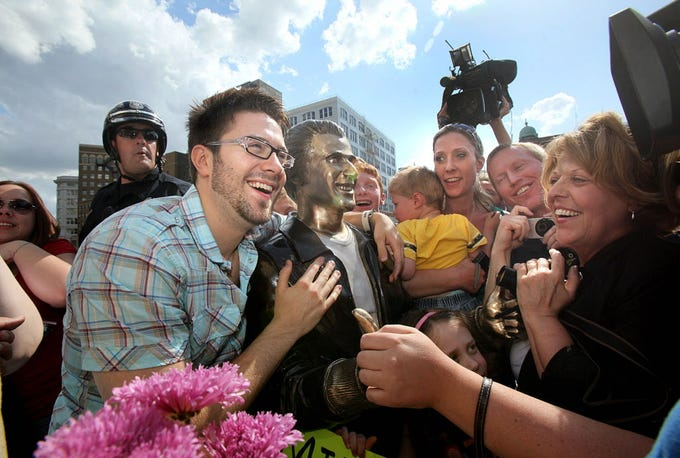 "American Idol finalist Danny Gokey checks out the Bronze Fonz on the Riverwalk in downtown Milwaukee, May 8, 2009. Gokey spent the day in Milwaukee with visiting fans ""Idol"" camera crews in tow."