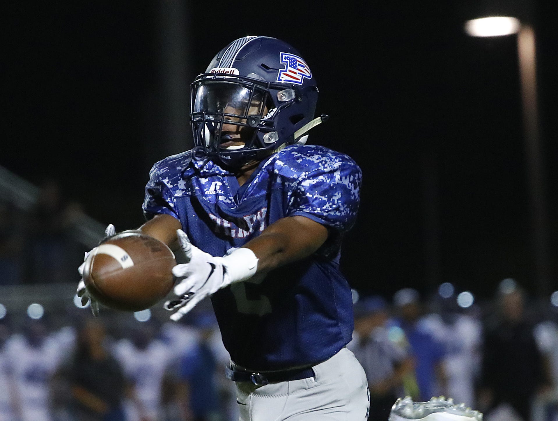 Perry's Jorden Young (2) narrowly misses a catch against Chandler at Perry High School in Gilbert, Ariz. on Sept. 28, 2018.  #azhsfb