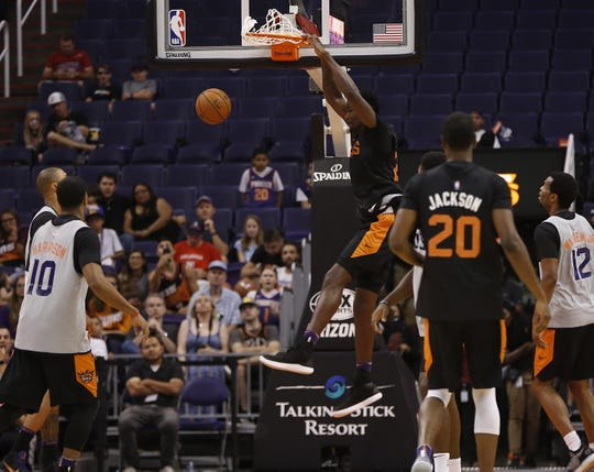 Deandre Ayton dunks during Satuday's scrimmage.