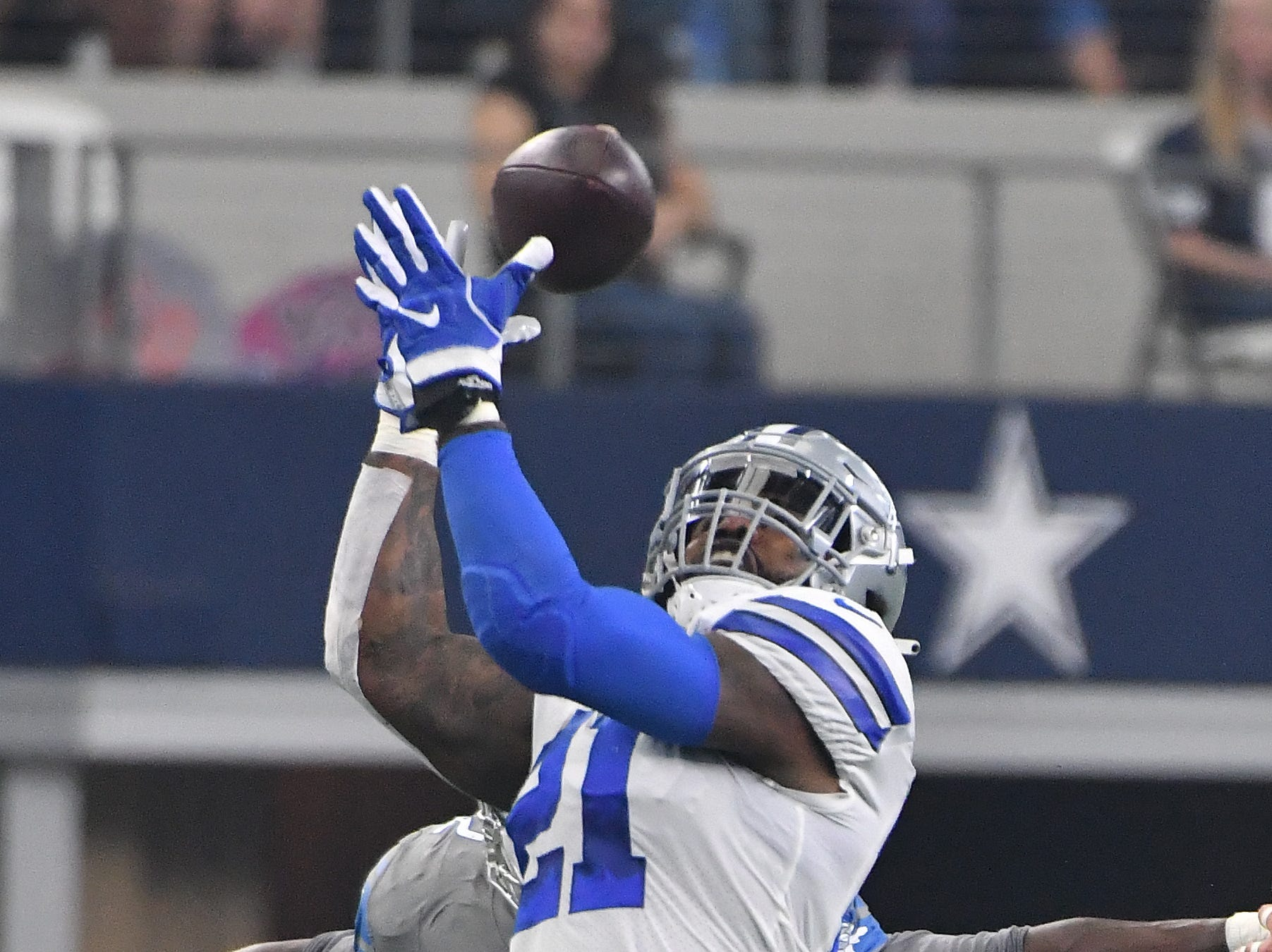 Cowboys' Ezekiel Elliott can't hang onto an onver-the-shoulder pass in the third quarter but made up for it late in the fourth quarter.