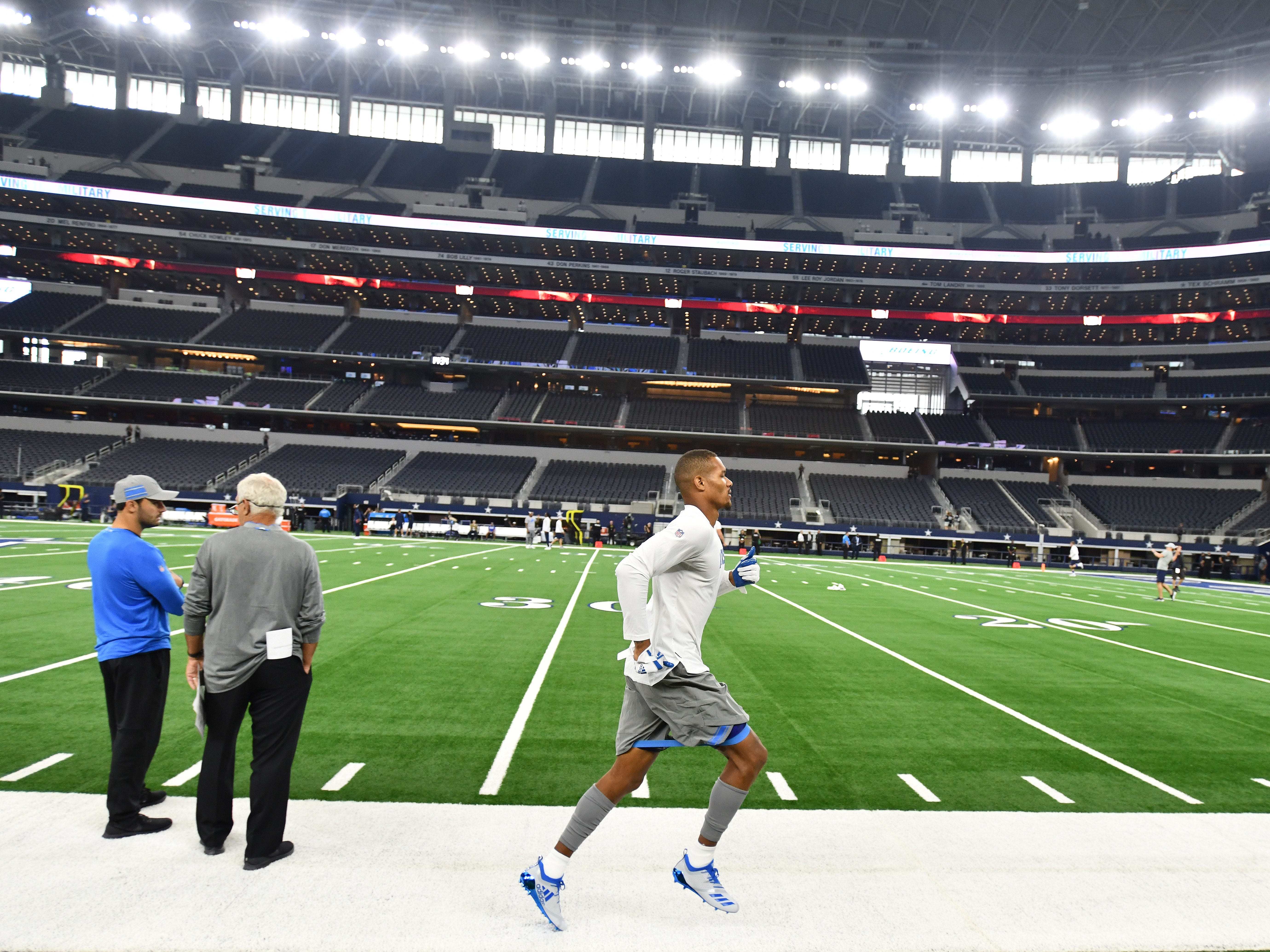 Lions wide receiver Kenny Golladay warms up running around the field during warmups.