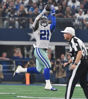 The Cowboys' Ezekiel Elliott pulls in a reception and takes all the way into the end zone for the first Dallas touchdown.